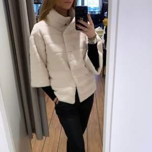 Säljer den här fuskpälsen från Bydreams i storlek S. Nypris 213£ säljer den för 200 + frakt 66. Mer info om jackan här: https://bydreams.com/home/amelia-kort-faux-fur-jakke-cream-white.html