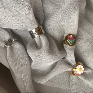 Säljer dessa superpopulära ringarna!✨ ❣️(Smileyringen kostar 139:-, Sterling silver 925 {{{{SLUT}}}}) ❣️Ringen med vit blomma & tulpanen kostar 110:-, dom är guldpläterade med 18k guld. {{{{Tulpanen SLUT}}}} ❣️Ringen med hjärtat som gråter kostar 99:-, silverpläterad i 925 sterling silver. Frakt tillkommer på 12:-. Alla ringar är justerbara✨