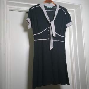 Svart vintageklänning med svart/vit-randiga detaljer och