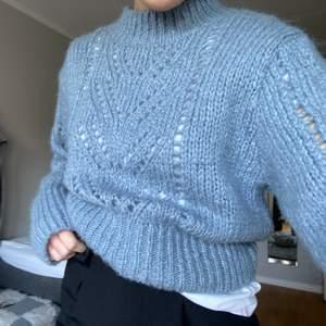 En jättefin stickad tröja från Zara i strl L men passar mig som har S i tröjor. Hör av dig om du har frågor💞