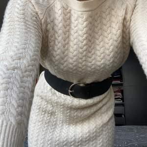 Stickad klänning i krämvit färg som slutar en bit över knäna. Skitsnygg med ett skärp till😍 (skärpet ingår inte) den är storlek xs men borde funka på s också❤️