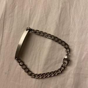 Armband från H&M som endast är använt en gång. Fint skick. Säljer för 20kr plus frakt 22kr