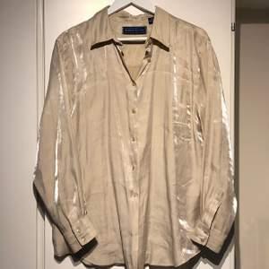 Beige/sandfärgad skjorta i silk imitation🧚🏻♀️🧚🏻♀️🧚🏻♀️ storlek M men passar som oversize på mig som annars har s/xs