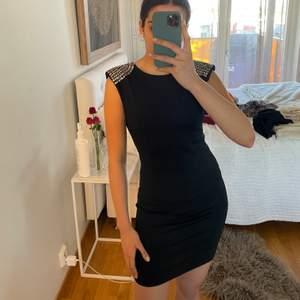Super fin svart klänning som sitter som ett smäck på kroppen. Väldigt bekväm och säljer enbart för jag inte har någon användning av den längre. 3 för 2 på allt jag säljer🥰🥰