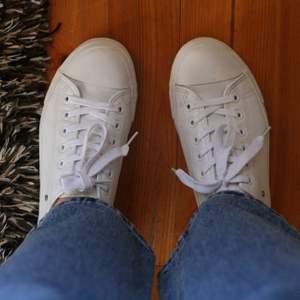 Sneakers i veganskt läder från Matt & Nat. Köpta på Sellpy, ser oanvända ut. Storlek 39, men något små i storleken så det är därför jag säljer dem.