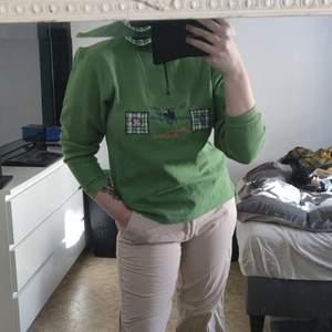 Grön tröja i strl m något liten i storlekenmen funkar på mig som vanligtvis har strl s-m. 100kr + frakt eller bud