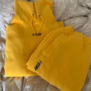 Ett superfint gult mjukisset från carlings. Helt oanvänt och säljes antingen tillsammans för 250kr eller separat 100kr st💛