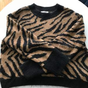 Säljer ni min trendiga stickade tröja från h&m då den inte kommer till användning längre. Tröjan är i stl. M o lite kortare i modellen, men normalstor i storleken. Tröjan är i fint skick.