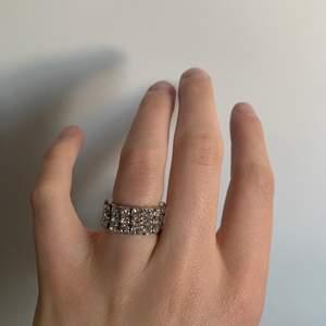 Jättefin ring med diamanter (inte äkta). Oanvänd, nyskick.