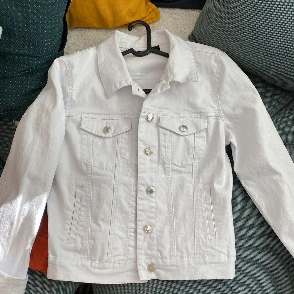 Super fin jeansjacka i nyskick, aldrig använd. Strl M.              Frakt 55kr. Skriv för mer bilder. Jackor.