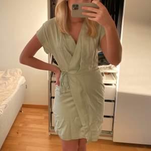 En jättefin grön satin klänning från & other stories. Köptes i somras men har inte kommit till användning. Storlek 36, nyskick.