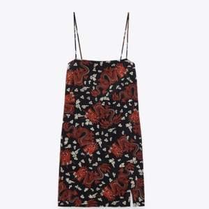 Asnajs klänning med japanskt inspirerat mönster! Aldrig använd. Beställd från Zara. Vid flera intresserade buda i kommentarerna. 130kr exklusive frakt