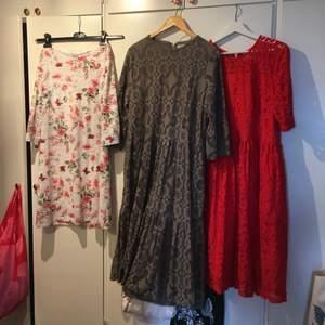 Tre klänningar i storlekarna L-XXL. Klänningarna är väldigt stora i storleken så passar flera olika storlekar. Kommer från olika märken och två av klänningarna är helt nya eller använda en gång, så är därför i jättebra skick. Skriv privat ifall ni är intresserade av en eller flera klänningar, så kan vi bestämma pris och jag kan skicka fler bilder på plagget. Vid frågor är det bara att kontakta.