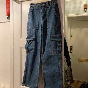 Säljer nu dessa supersnygga jeans från Urban Outfitters!! Mycket sparsamt använda så så nära nyskick man kan komma!! Storlek W24 L30! Köpta för 729 kr!! Kan mötas Stockholm, annars får köparen stå för frakt!! hör av dig om du undrar något