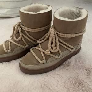 Intressekoll på mina Inuikii skor perfekta nu i höst och vinter. Köptes förra året för 2599kr och är endast använda en gång. Skorna är i nyskick och har inga defekter alls, i storlek 38. 2000kr för skorna och frakt ingår!💕💕