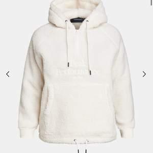 säljer min sjukt sköna teddy hoodie ifårk Peak performance. Köptes för 1200, säljs för 800kr. Är öppen för prisförslag🤍🤍