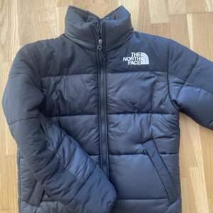 Helt ny The North face jacka.Den är väldigt varm och perfekt nu till vintern.Var inte Riktigt nöjd med den eftersom att jag vill ha en annan färg❤️S herr så det motsvarar ungefär M i vanlig storlek!