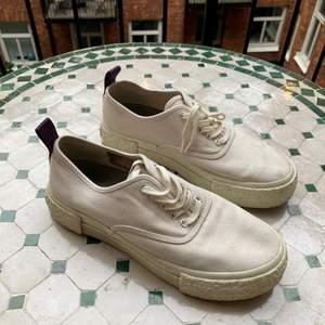 Hej! Säljer ett par vita Eytys för H&M i storlek 39! Bra skick! 🥰