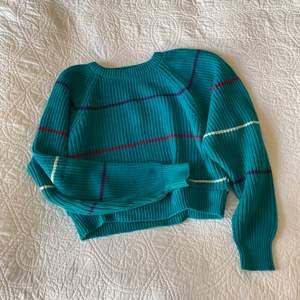 Världens söööötaste stickade tröja i en blå-grön färg! köpt second hand men känns inte särskilt använd alls. Saknar dock lappar så oklart vilken storlek/märke det är men skulle säga S/M