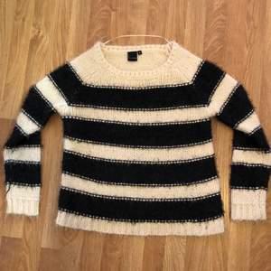 Säljer denna super mysiga tröja från Kappahl, går inte att köpa längre! Storlek S men passar M också. Fint skick. Skriv för frågor eller intresse💞