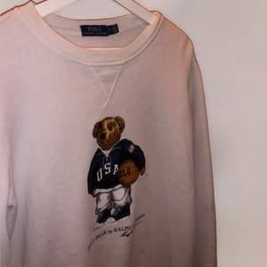 Äkta Ralph Lauren tröja med teddy bear edition trycket på. Använd fåtal gånger dock jättefint skick. Storlek M.