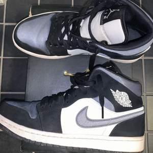 Säljer mina Air Jordan 1 Mid 'black/smoke grey/sail' i strl 41! De är lite skitiga på sulan, men går säkert att skrubba bort 🤠 Kan mötas upp i Uppsala eller frakta mot kostnad! :)