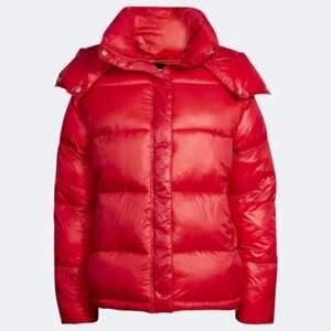 Röd jacka från Bik Bok i S. Är använd men fortfarande i väldigt bra skick! Budgivning pågår till söndag 24/10. Frakt tillkommer på 99kr för spårbart paket. BUD ÄR BINDANDE! (Köpt direkt för 1000kr)