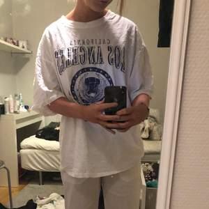 Vit Tshirt med Tryck på från Shein, Storlek S. Nypris 149. Säljer för 50 kr + frakt💖