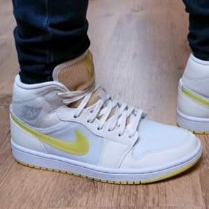 Säljer dessa snygga Jordan 1 mid voltage yellow. Dessa skor är aldrig använt och är helt äkta, kvitto kan visas. Storlek på skorna är 38,5 men passar 38 också. Priset på dessa snygga skor är 1400 + frakt eller meet up i Örebro/Lindesberg. Har du nån fråga så är det bara att ställa. Pris kan diskuteras vid snabb affär.
