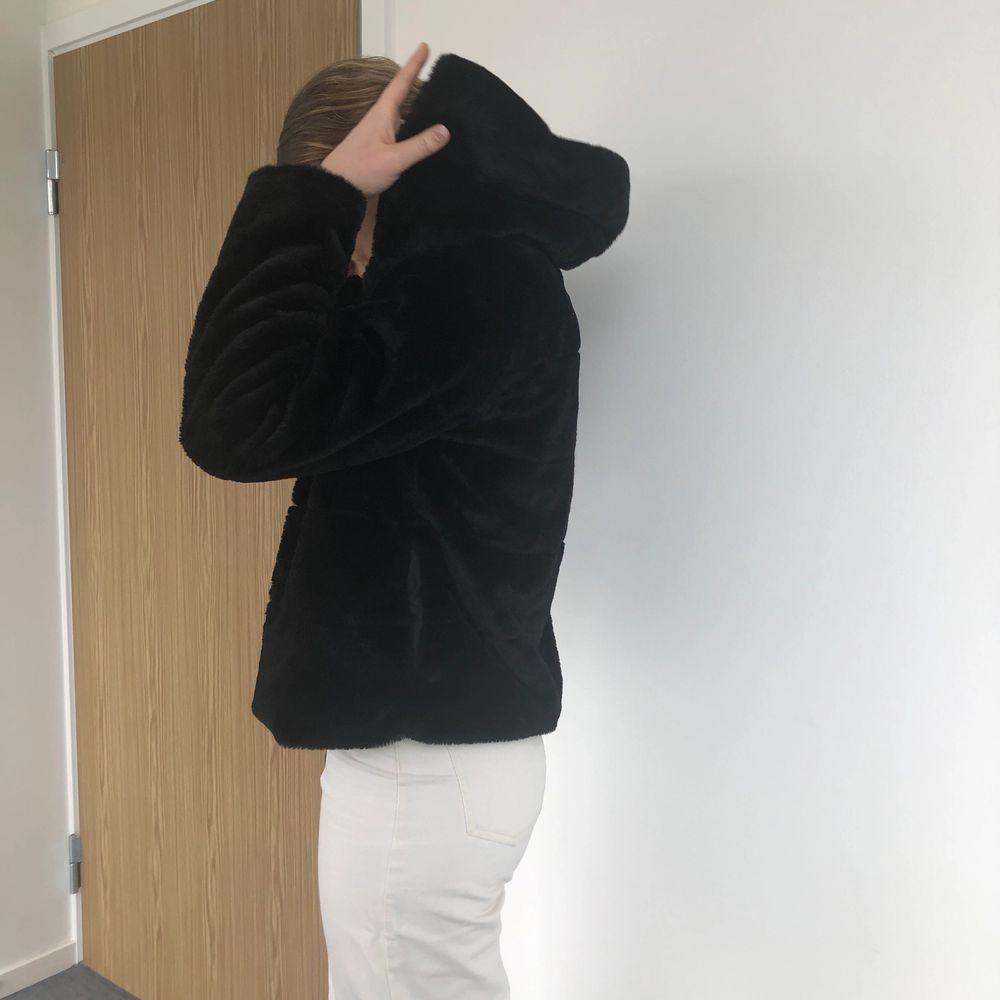 Super snygg och bekväm päls jacka (fake päls). Den är i strl L men skulle säga att den är mer än M nästan S. Frakt tillkommer💕. Jackor.
