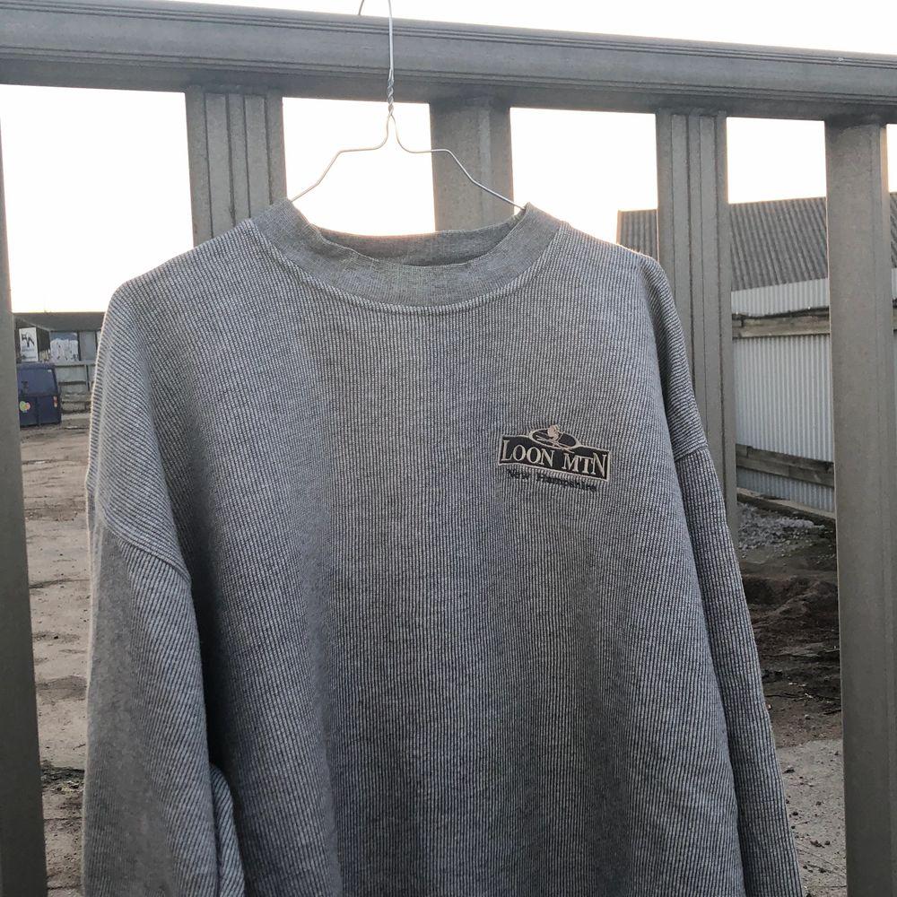 Vintage sweatshirt från ett ski resort i New Hampshire, Loon MTN. Tröjan är i bra vintage skick, dock är den välanvänd och det finns fläckar. De går mest troligen bort i tvätten och detta är reducerat i priset. Tröjan är från tidigt 00-tal och är en riktigt snygg tröja oavsett flaws. Tröjan är XL och skulle säga att den är tts. Det är bara att skriva om du undrar något och vill ha bilder etc, läs gärna bio innan dock! 💫🌎⛷. Tröjor & Koftor.