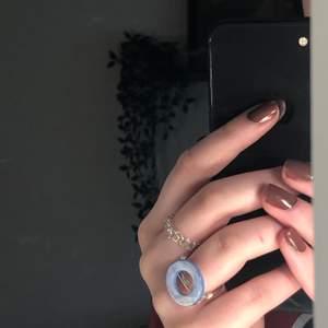 Handgjord ring av mig. Innerdiameter är 18 mm. Pärlan är 2cm i diameter. (Den är silverpläterad, så undvik att tvätta händerna med den på) Köparen står för frakt (12kr). Betalning sker via Swish.