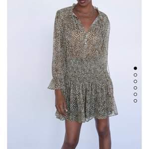 Säljer min snygga slutsålda Zara klänning! Köp direkt för 350 eller buda från 200💗 högsta bud 290, höj med minst 20!