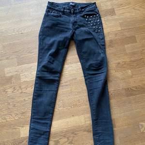 Coola jeans i fint skick med döskalle paljetter i stl. 36. Märket Rock Rebel. Hämtas upp i Malmö eller fraktas för 88kr