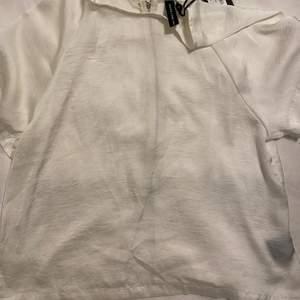 Superfin t-shirts som jag aldrig använt prislappen är kvar. Detalj på ryggen med en dragkedja storlek S