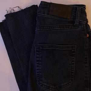 """Tighta jeans från Monki använda fåtal gånger, bra skick. """"Klippta"""" där nere (köpta så) även med en liten slit på utsidan, typ 2 cm lång. Bara att skriva vid intresse, frågor eller önskan om fler bilder. Endast post och Swish"""