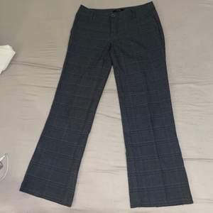 Kostymbyxor i storlek 36. De är ca 1 decimeter för korta för mig som är 172 cm lång. Inga synliga fläckar (inte vad jag sett iaf). Frakt betalar köpare. 💕