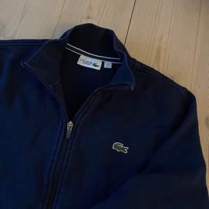 """Superfin mörkblå """"zip hoodie"""" (fast utan luva) från Lacoste. Bra skick!"""