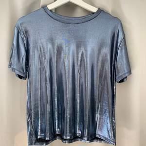 Säljer min silvrig/glansiga t-shirt från hm, aldrig kommit till användning så den är i nyttskick!! köparen står för frakten!😘