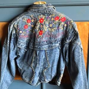 Unik jeans jacka som aldrig är använd. Den är kort i modellen , har tunna axelvaddar   Lite osäker på storlek då jag ej hittar märkning   Köpare betalar frakt