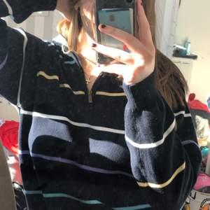 Skiiiitsnygg ganska tunn stickad tröja med dragkedja på kragen👍🏻❤️ köpt second hand men är verkligen i ny-skick🥰 köparen står för frakten!