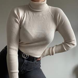 Fantastiskt fin beige/vit/ offwhite polo! Jätteskön och mjukt material. Är i väldigt fint skick! Skicka ett meddelande för fler bilder eller frågor☀️