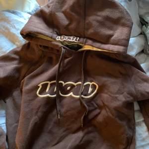Brun fin hoodie köpt på secondhand💖Säljer pga använder inte. Du betalar frakt💖