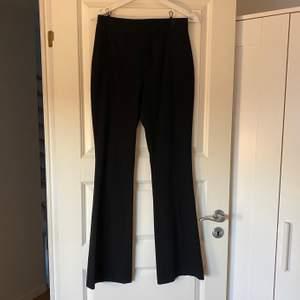Jag säljer ett par jättefina svarta kostymbyxor i storlek XS, tyvärr så är det inte supermycket stretch men annars är de superfina🖤 frakten ingår i priset (kostymbyxor: 46kr frakt: 79kr) Jag SÄNKER nu priset från 179kr till endast 125kr🥳🥳