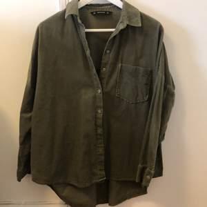 Grön oversize skjorta. Smal manchester. Ordpris 400kr, bra skick