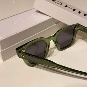 """Säljer mitt andra par Chimi Eyewear solglasögon i modellen """"#004 Kiwi"""" med en mörk lins som är helt slutsålda och otroligt populära. Säljer ett par till pågrund av att jag i misstag råkade köpa 3 st par. Dom är köpta i Chimis egna butik i Sandhamn för 1 200kr💞 Lådan, boxen och den vita skyddspåsen medgår💞 Skriv privat för fler bilder på glasögonen!!!😊 plusa på 30kr när du budar😊 (bilderna från annonsen är tagna själv)"""