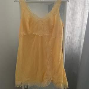 Ett oanvänt underlinne som även kan användas som en klänning eller overshirt från beyond retro