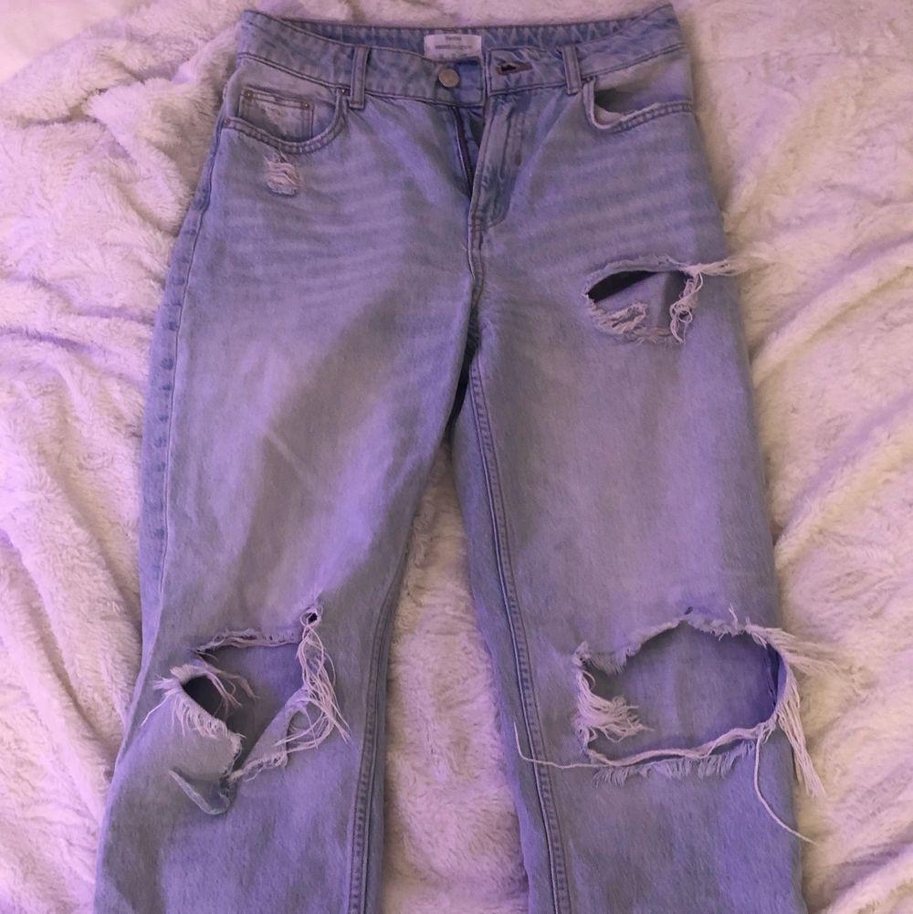 Säljer dessa jeans från bershka. Väldigt fina men använt enstaka gånger. Det är i storlek S men sitter ganska tajt. Om man vill ha det mer som mom jeans, rekommenderar jag en med storlek XS. . Jeans & Byxor.