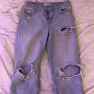 Säljer dessa jeans från bershka. Väldigt fina men använt enstaka gånger. Det är i storlek S men sitter ganska tajt. Om man vill ha det mer som mom jeans, rekommenderar jag en med storlek XS.