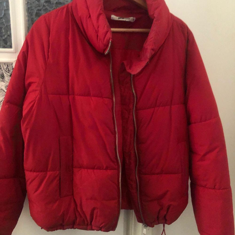 Säljer min jacka från Gina. I storlek 36 (S). Har inte kommit till användning de senaste. Har använt några gånger men i väldigt fint skick. Om ni har fler funderingar eller vill ha fler bilder hör av er❤️. Jackor.